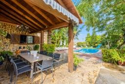 Обеденная зона. Испания, Малага : Фантастическая вилла с бассейном и зеленым двориком с барбекю и детской площадкой, 5 спален, 3 ванные комнаты, парковка, Wi-Fi