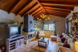 Гостиная / Столовая. Испания, Малага : Фантастическая вилла с бассейном и зеленым двориком с барбекю и детской площадкой, 5 спален, 3 ванные комнаты, парковка, Wi-Fi