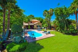 Фасад дома. Испания, Малага : Фантастическая вилла с бассейном и зеленым двориком с барбекю и детской площадкой, 5 спален, 3 ванные комнаты, парковка, Wi-Fi