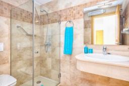 Ванная комната. Испания, Малага : Апартамент в центре Малаги с просторной гостиной, двумя спальнями, двумя ванными комнатами и большим балконом