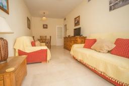 Гостиная / Столовая. Испания, Эстепона : Апартамент в комплексе с бассейном в 170 метрах от пляжа, с гостиной, отдельной спальней и террасой с видом на бассейн