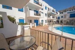 Терраса. Испания, Эстепона : Апартамент в комплексе с бассейном в 170 метрах от пляжа, с гостиной, отдельной спальней и террасой с видом на бассейн