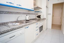 Кухня. Испания, Эстепона : Апартамент в комплексе с бассейном в 170 метрах от пляжа, с гостиной, отдельной спальней и террасой с видом на бассейн