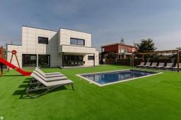 Фасад дома. Испания, Пинеда-де-Мар : Современная вилла в 200 метрах от пляжа с зеленой лужайкой, барбекю и детской площадкой, 4 спальни, 4 ванные комнаты, парковка, Wi-Fi