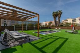 Территория. Испания, Пинеда-де-Мар : Современная вилла в 200 метрах от пляжа с зеленой лужайкой, барбекю и детской площадкой, 4 спальни, 4 ванные комнаты, парковка, Wi-Fi