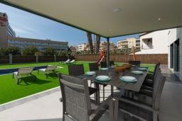 Обеденная зона. Испания, Пинеда-де-Мар : Современная вилла в 200 метрах от пляжа с зеленой лужайкой, барбекю и детской площадкой, 4 спальни, 4 ванные комнаты, парковка, Wi-Fi