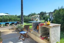 Зона барбекю / Мангал. Испания, Польенса : Просторная вилла с верандой и цветущим садом с барбекю и столом для пинг-понга, с открытой парковкой и бассейном, 3 спальни, 2 ванные комнаты, Wi-Fi