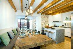 Гостиная / Столовая. Испания, Польенса : Роскошная вилла с бассейном, террасой, барбекю, видом на горы, 2 спальни, 2 ванные комнаты, Wi-Fi.
