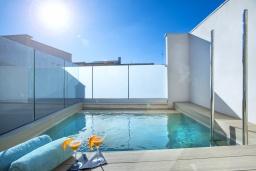 Зона отдыха у бассейна. Испания, Польенса : Роскошная вилла с бассейном, террасой, барбекю, видом на горы, 2 спальни, 2 ванные комнаты, Wi-Fi.