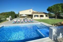 Фасад дома. Испания, Польенса : Традиционная вилла с бассейном, встроенным джакузи, садом с барбекю и зеленым газоном, 3 спальни, 2 ванные комнаты, парковка, Wi-Fi