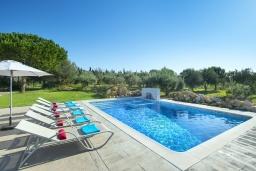 Зона отдыха у бассейна. Испания, Польенса : Традиционная вилла с бассейном, встроенным джакузи, садом с барбекю и зеленым газоном, 3 спальни, 2 ванные комнаты, парковка, Wi-Fi