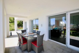 Обеденная зона. Испания, Гандия : Роскошная вилла с бассейном и зеленым двориком с барбекю, 3 спальни, 3 ванные комнаты, парковка, Wi-Fi