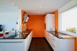 Кухня. Испания, Гандия : Роскошная вилла с бассейном и зеленым двориком с барбекю, 3 спальни, 3 ванные комнаты, парковка, Wi-Fi