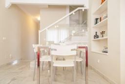 Обеденная зона. Испания, Малага : Таунхаус в 100 метрах от пляжа в комплексе с бассейном, с гостиной, двумя спальнями, террасой и двумя балконами