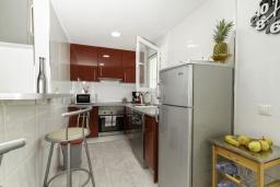 Кухня. Испания, Бенидорм : Таунхаус в комплексе с бассейном и в 100 метрах от пляжа, 2 спальни, 2 ванные комнаты, вид на море, парковка, Wi-Fi
