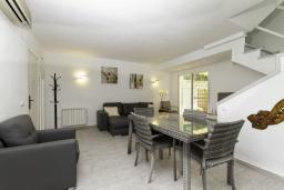 Гостиная / Столовая. Испания, Бенидорм : Таунхаус в комплексе с бассейном и в 100 метрах от пляжа, 2 спальни, 2 ванные комнаты, вид на море, парковка, Wi-Fi