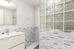 Ванная комната. Испания, Бенидорм : Таунхаус в комплексе с бассейном и в 100 метрах от пляжа, 2 спальни, 2 ванные комнаты, вид на море, парковка, Wi-Fi