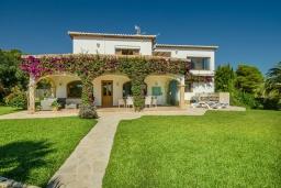 Фасад дома. Испания, Гандия : Роскошная вилла с зеленым садом, бассейном и видом на море, 4 спальни, 3 ванные комнаты, парковка, Wi-Fi