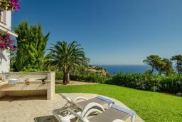 Территория. Испания, Гандия : Роскошная вилла с зеленым садом, бассейном и видом на море, 4 спальни, 3 ванные комнаты, парковка, Wi-Fi
