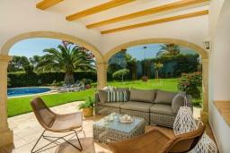 Патио. Испания, Гандия : Роскошная вилла с зеленым садом, бассейном и видом на море, 4 спальни, 3 ванные комнаты, парковка, Wi-Fi