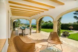 Терраса. Испания, Гандия : Роскошная вилла с зеленым садом, бассейном и видом на море, 4 спальни, 3 ванные комнаты, парковка, Wi-Fi