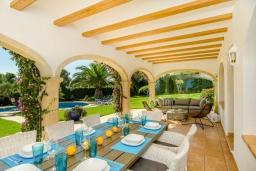 Обеденная зона. Испания, Гандия : Роскошная вилла с зеленым садом, бассейном и видом на море, 4 спальни, 3 ванные комнаты, парковка, Wi-Fi