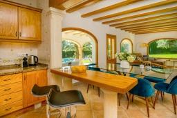 Кухня. Испания, Гандия : Роскошная вилла с зеленым садом, бассейном и видом на море, 4 спальни, 3 ванные комнаты, парковка, Wi-Fi