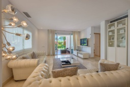 Гостиная / Столовая. Испания, Марбелья : Просторный апартамент в комплексе с бассейном недалеко от пляжа, с гостиной, тремя спальнями, тремя ванными комнатами и террасой