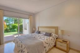 Спальня. Испания, Марбелья : Просторный апартамент в комплексе с бассейном недалеко от пляжа, с гостиной, тремя спальнями, тремя ванными комнатами и террасой