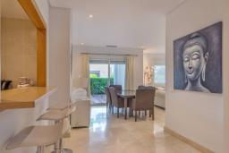 Обеденная зона. Испания, Марбелья : Просторный апартамент в комплексе с бассейном недалеко от пляжа, с гостиной, тремя спальнями, тремя ванными комнатами и террасой