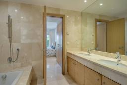 Ванная комната. Испания, Марбелья : Просторный апартамент в комплексе с бассейном недалеко от пляжа, с гостиной, тремя спальнями, тремя ванными комнатами и террасой