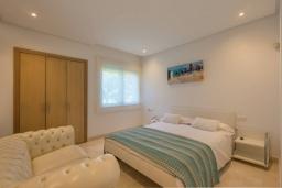 Спальня 2. Испания, Марбелья : Просторный апартамент в комплексе с бассейном недалеко от пляжа, с гостиной, тремя спальнями, тремя ванными комнатами и террасой