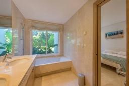 Ванная комната 2. Испания, Марбелья : Просторный апартамент в комплексе с бассейном недалеко от пляжа, с гостиной, тремя спальнями, тремя ванными комнатами и террасой