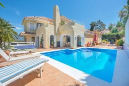 Фасад дома. Испания, Марбелья : Роскошная вилла с бассейном и зеленым двориком, 5 спален, 5 ванных комнат, парковка, Wi-Fi