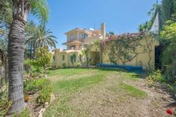 Территория. Испания, Марбелья : Роскошная вилла с бассейном и зеленым двориком, 5 спален, 5 ванных комнат, парковка, Wi-Fi