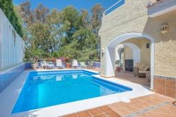 Бассейн. Испания, Марбелья : Роскошная вилла с бассейном и зеленым двориком, 5 спален, 5 ванных комнат, парковка, Wi-Fi