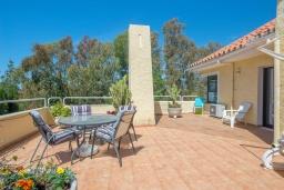 Терраса. Испания, Марбелья : Роскошная вилла с бассейном и зеленым двориком, 5 спален, 5 ванных комнат, парковка, Wi-Fi