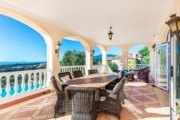 Обеденная зона. Испания, Марбелья : Изумительная семейная вилла с бассейном и зеленым садом, 5 спален, 6 ванных комнат, бильярд, камин, лифт, парковка, Wi-Fi