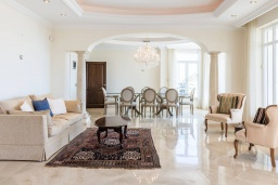Гостиная / Столовая. Испания, Марбелья : Изумительная семейная вилла с бассейном и зеленым садом, 5 спален, 6 ванных комнат, бильярд, камин, лифт, парковка, Wi-Fi