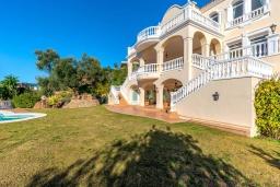 Фасад дома. Испания, Марбелья : Изумительная семейная вилла с бассейном и зеленым садом, 5 спален, 6 ванных комнат, бильярд, камин, лифт, парковка, Wi-Fi