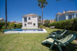 Вид на виллу/дом снаружи. Испания, Эстепона : - Вилла с 3 спальнями и обширной уединенной территорией с открытой гостиной зоной.