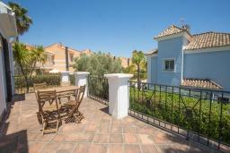 Балкон. Испания, Эстепона : - Вилла с 3 спальнями и обширной уединенной территорией с открытой гостиной зоной.