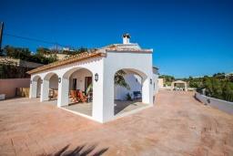 Фасад дома. Испания, Аликанте : - Изысканная современная вилла с бассейном и террасой с барбекю, 5 спален, 2 ванные комнаты, парковка на 4 места, Wi-Fi