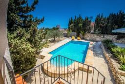 Бассейн. Испания, Кальпе : - Роскошная вилла с бассейном и зеленым садом, 4 спальни, 2 ванные комнаты, барбекю, парковка, Wi-Fi