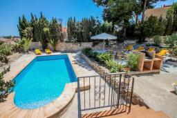 Патио. Испания, Кальпе : - Роскошная вилла с бассейном и зеленым садом, 4 спальни, 2 ванные комнаты, барбекю, парковка, Wi-Fi
