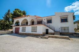 Фасад дома. Испания, Кальпе : - Роскошная вилла с бассейном и зеленым садом, 4 спальни, 2 ванные комнаты, барбекю, парковка, Wi-Fi