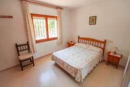 Спальня. Испания, Кальпе : - Роскошная вилла с бассейном и зеленым садом, 4 спальни, 2 ванные комнаты, барбекю, парковка, Wi-Fi