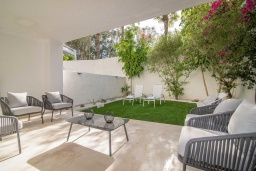 Терраса. Испания, Марбелья : Прекрасная вилла с щедрыми террасами. Тихое место рядом с пляжем, шикарные интерьеры и прекрасная открытая площадка для барбекю ждут вас