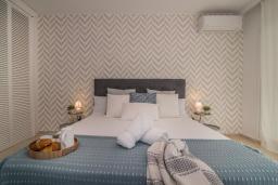 Спальня. Испания, Марбелья : Прекрасная вилла с щедрыми террасами. Тихое место рядом с пляжем, шикарные интерьеры и прекрасная открытая площадка для барбекю ждут вас