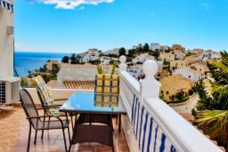 Балкон. Испания, Кальпе : - Двухэтажная вилла для отдыха в Бенитачеле, недалеко от пляжа, супермаркета и ресторанов. 3 спальни, 2 ванные, барбекю